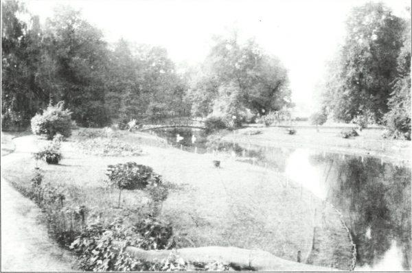 Foto van e kasteeltuin met brug en vijver